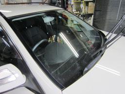 ベンツC200コンプレッサーのフロントガラスの鱗状痕(水垢、ウロコ染み、ウォータースポット)の除去前その1