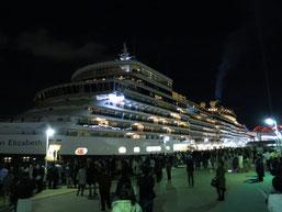 クイーン・エリザベス号が、神戸港(ポートターミナル)に入港時の写真2