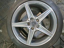 メルセデス・ベンツの純正アルミホイールのガリ傷・すりキズ、再ダイヤモンドカット加工して修理・修復する前の写真2