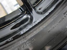 アテンザ(マツダスピード)の社外ブラックアルミホイール(レイズの12本スポーク19インチ)のガリ傷・擦りキズのリペア(修理・修復・再生)前の傷アップ写真4