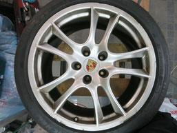 ポルシェ・カイエンGTSの純正アルミホイールの、ガリ傷・擦りキズの、リペア(修理・修復)およびブラックにカラーチェンジ(色替え)前のホイールDの写真2