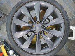 テスラ・タイプSの純正アルミホイールのガリ傷・すりキズのリペア(修理・修復)前のホイールCの写真