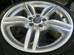 BMW523dの18インチ純正シルバー塗装ホイール2本のガリ傷・すりキズ傷のリペア(修理・修復)後のホイールAの写真1