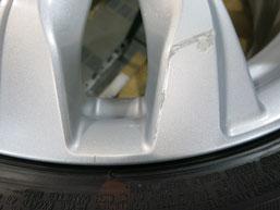いすゞ(いすず)(ISUZU)スイフトRS のアルミホイールのガリキズ・すり傷のリペア(修理・修復)前の傷アップ写真