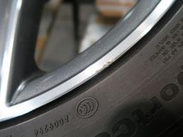 メルセデス・ベンツC200AMGの純正アルミホイールのガリ傷・擦りキズ のリペア(修理修復)前のホイールBの傷アップ写真