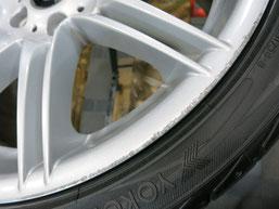 BMW335iカブリオレ純正アルミホイールのガリ傷・擦りキズのリペア(修理・修復)前の傷のアップ写真