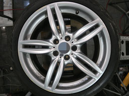 BMW523dの18インチ純正シルバー塗装ホイール2本のガリ傷・すりキズ傷のリペア(修理・修復)前のホイールBの写真2
