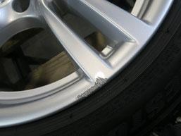 BMW320d 純正アルミホイールの、ガリ傷・擦りキズのリペア(修理・修復)前の傷アップ写真2