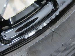 アテンザ(マツダスピード)の社外ブラックアルミホイール(レイズの12本スポーク19インチ)のガリ傷・擦りキズのリペア(修理・修復・再生)前の傷アップ写真3