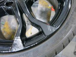ルノー、ルーテシアRSのブラック純正アルミホイールの、ガリ傷・擦りキズのリペア(修理・修復)前の傷アップ写真