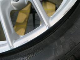 フェラーリ・F12ベルリネッタの純正鍛造アルミホイールのガリ傷・擦りキズ のリペア(修理・修復)前の傷アップ写真