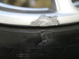 ベントレー・フライングスパーの20インチ純正アルミホイールのガリ傷・擦り傷のリペア(修理・修復)前の傷アップ写真2