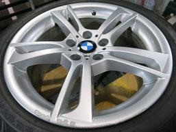 BMW X3 の純正アルミホイールのガリ傷・すりキズ・欠けのリペア(修理・修復)前のホイール全景写真