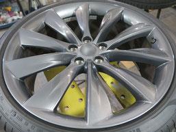 テスラ・タイプSの純正アルミホイールのガリ傷・すりキズのリペア(修理・修復)後のホイールBの写真