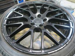 メルセデス・ベンツE220dの艶消し(マット)ブラック純正アルミホイールのガリキズ・すり傷のリペア(修理・修復)前の写真1