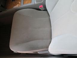 トヨタ・カリーナの、助手席、布(モケット)シート、座面のタバコ(煙草)焦げ穴(コゲ穴)リペア(修理・修復)前の写真2