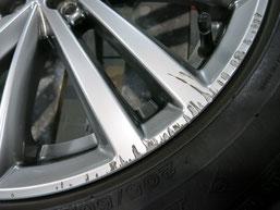 スバル インプレッサG4 の 純正アルミホイール ハイパーシルバー17インチの、ガリ傷・すりキズのリペア(修理・修復)前の傷アップ写真