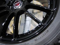 アテンザ(マツダスピード)の社外ブラックアルミホイール(レイズの12本スポーク19インチ)のガリ傷・擦りキズのリペア(修理・修復・再生)後の傷アップ写真1