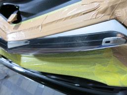 シトロエンDS4のフロントグリルメッキモールの曇り(サビ、腐食、劣化、白濁)を除去(取り除き、修理、修復)前のフロントグリル曇りのアップ写真2