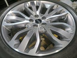 レンジローバーの純正ダイヤモンドカット仕上げアルミホイールの腐食(錆び)の修理・修復(再ダイヤモンドカット加工)後の写真1