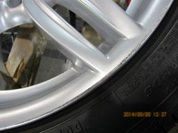 BMW523iワゴン純正アルミホイール(ハイパーシルバー19インチオプションホイール)、ガリ傷・擦りキズのリペア(修理・修復)前の傷アップ写真
