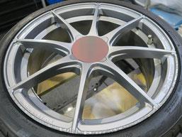 アバルト500の艶消し(マット)シルバー塗装仕上げのアルミホイールのガリ傷・擦りキズのリペア(修理・修復)前の写真1