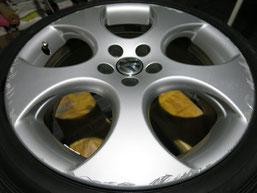 フォルクスワーゲン・ポロGTIの純正アルミホイールのガリ傷・すりキズ・欠けのリペア(修理・修復)前の車両全景写真⑤