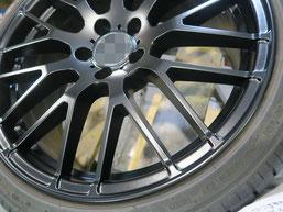 メルセデス・ベンツE220dの艶消し(マット)ブラック純正アルミホイールのガリキズ・すり傷のリペア(修理・修復)後の写真2