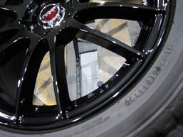 アテンザ(マツダスピード)の社外ブラックアルミホイール(レイズの12本スポーク19インチ)のガリ傷・擦りキズのリペア(修理・修復・再生)後の傷アップ写真2