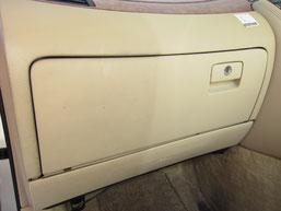 ダッシュコンソールボックス(レザー)汚れ除去部分と未除去部分の比較写真
