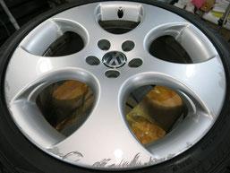 フォルクスワーゲン・ポロGTIの純正アルミホイールのガリ傷・すりキズ・欠けのリペア(修理・修復)前のホイール全景写真1