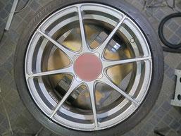 アバルト500の艶消し(マット)シルバー塗装仕上げのアルミホイールのガリ傷・擦りキズのリペア(修理・修復)前の写真2