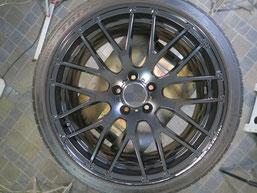 メルセデス・ベンツE220dの艶消し(マット)ブラック純正アルミホイールのガリキズ・すり傷のリペア(修理・修復)前の写真3