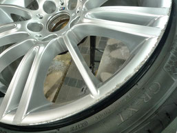BMW M3クーペ 純正アルミホイール の ガリキズ・擦り傷のリペア(修理・修復・再生)前の傷アップ写真