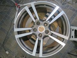 ポルシェ・パナメーラ、ダイヤモンドカット純正アルミホイールのガリ傷・すりキズの修理・修復後の写真3