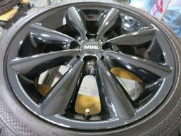 ミニ(MINI)・クーパーS・カブリオレの純正ブラックアルミホイールのガリ傷・すり傷のリペア(修理・修復)前のホイール2の写真