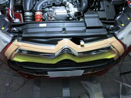 シトロエンDS4のフロントグリルメッキモールの曇り(サビ、腐食、劣化、白濁)を除去(取り除き、修理、修復)前のフロントグリル全景写真