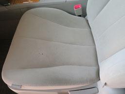 トヨタ・カリーナの、助手席、布(モケット)シート、座面のタバコ(煙草)焦げ穴(コゲ穴)リペア(修理・修復)前の写真3