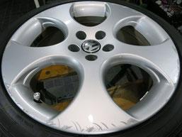 フォルクスワーゲン・ポロGTIの純正アルミホイールのガリ傷・すりキズ・欠けのリペア(修理・修復)前の車両全景写真4