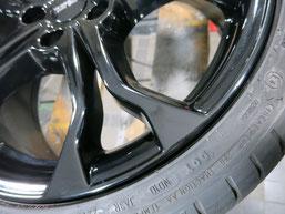 ルノー、ルーテシアRSのブラック純正アルミホイールの、ガリ傷・擦りキズのリペア(修理・修復)後の傷アップ写真