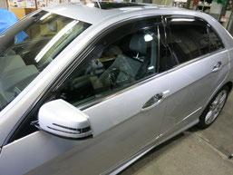 ベンツE350窓モール(ステンレスモール)の染み・曇り・白濁(水ジミ・水垢・鱗状痕・腐食)の除去・修理・磨き及びコーティング前の写真1