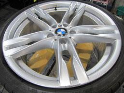 BMW640iクーペ・カブリオレの20インチ純正アルミホイールの、ガリキズ・擦り傷・欠けのリペア(修理・修復・再生)前のホイールアップ写真②