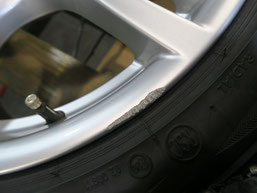 BMW320d 純正アルミホイールの、ガリ傷・擦りキズのリペア(修理・修復)前の傷アップ写真3