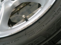 BMW320iツーリング・Mスポーツの純正アルミホイールの、ガリ傷・擦りキズのリペア(修理・修復)前の傷1のアップ写真