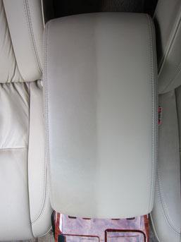 レザーセンターコンソールボックス汚れ除去部分と未除去部分の比較写真