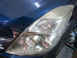 トヨタ・アイシスのヘッドライトの曇り・黄ばみ・劣化の除去(修理・修復)、左側修理前1