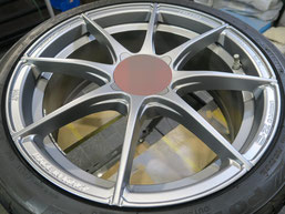 アバルト500の艶消し(マット)シルバー塗装仕上げのアルミホイールのガリ傷・擦りキズのリペア(修理・修復)後の写真1