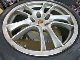 ポルシェ・カイエンGTSの純正アルミホイールの、ガリ傷・擦りキズの、リペア(修理・修復)およびブラックにカラーチェンジ(色替え)前のホイールDの写真1