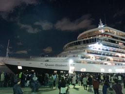 クイーン・エリザベス号が、神戸港(ポートターミナル)に入港時の写真1