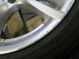 BMW320d 純正アルミホイールの、ガリ傷・擦りキズのリペア(修理・修復)前の傷アップ写真1
